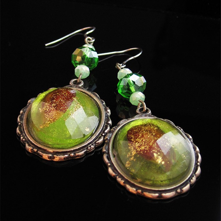 Oval earrings with pistachio