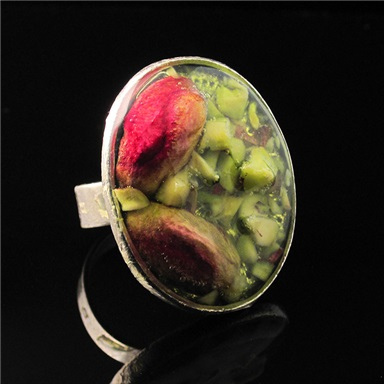 Oval ring with pistachio