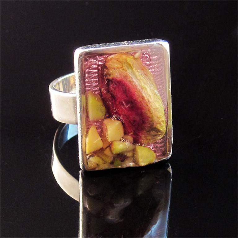Rectangular ring with pistachio
